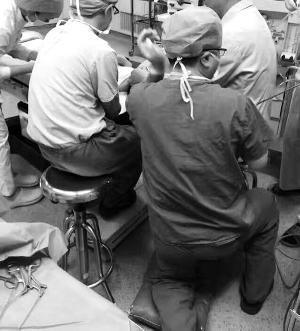 马敬医生跪地实施手术。医院供图