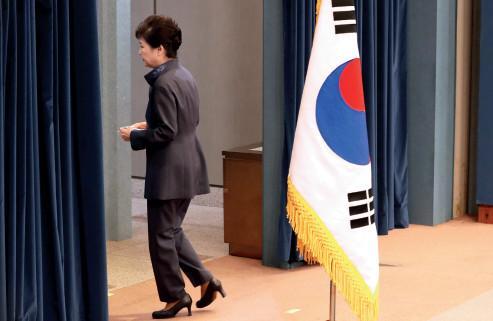 媒体:朴槿惠遭其父当年众叛亲离局面 何去何从