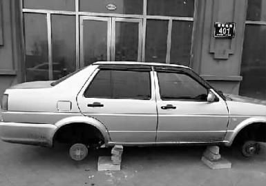 私家车停在小区外 夜里四个车轮都被偷(图)