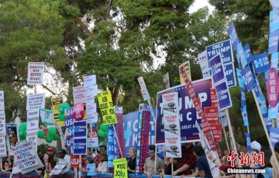 资料图 美国总统大选支持者在内华达大学拉斯维加斯分校内表达政治立场。