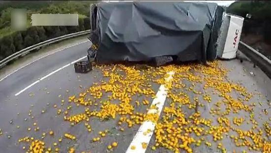 货车侧翻蜜桔遭哄抢 司机阻止被打哭(图)