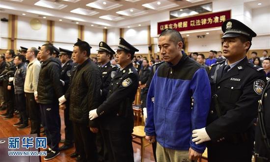 天津港爆炸案宣判现场11人鞠躬谢罪(图)