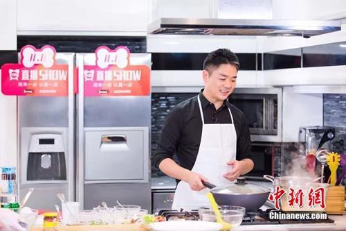 10日,京东集团CEO刘强东直播秀厨艺。