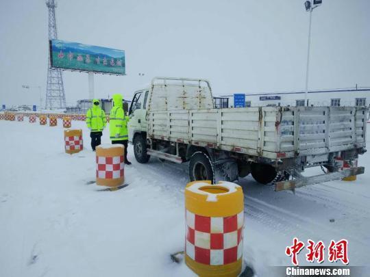 新疆哈巴河县遇暴雪 降雪近30小时厚度13厘米
