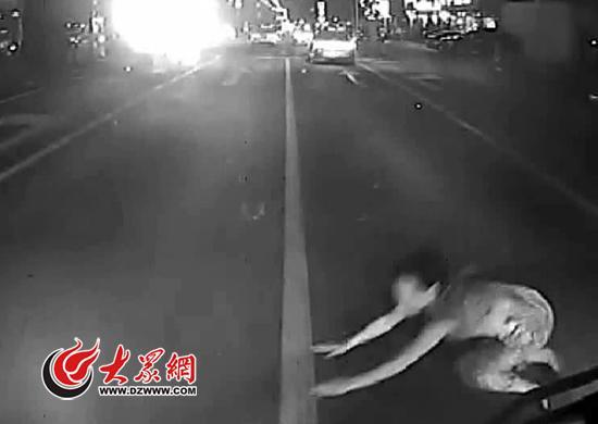 女子被大货车碾死 因自行钻入车底负全责