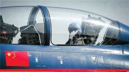 川妹子余旭是我国首批歼击机女飞行员之一。(资料图片)