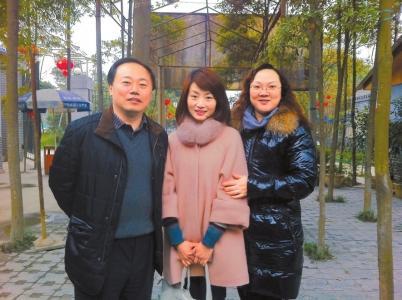 2013年春节,余旭与杜文彪夫妇在崇州合影。