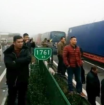 高速公路因大雾堵车 大妈就地跳起广场舞