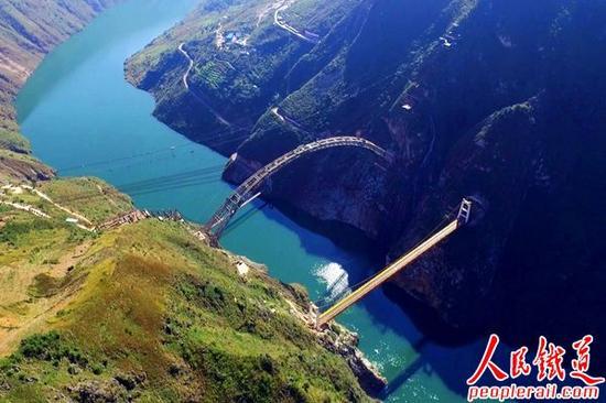 大瑞铁路澜沧江特大桥钢管拱合龙 主跨342米