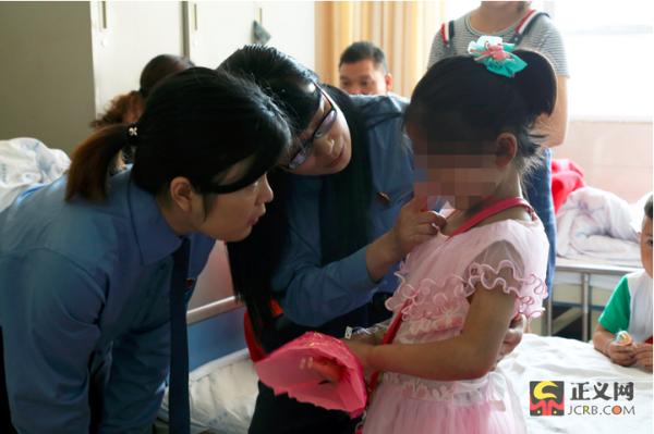 娟娟受伤时只有10岁,她的身上满是被养母用镰刀弄伤的痕迹。张星川 摄
