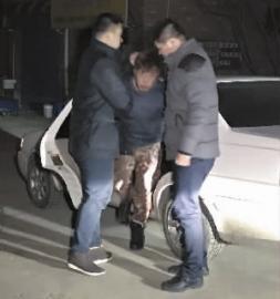 男子酒驾开车去接孩子 撞伤交警拖行20多米