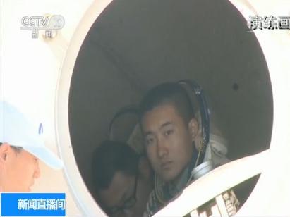 演练中,王腾模拟的是01号航天员景海鹏,杨升华模拟的是02号航天员陈冬。他们的工作看似简单,但实际上一点儿也不轻松。