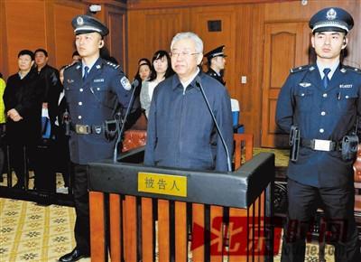 11月17日,被告人陆武成(中)在法庭宣判现场。来源:新华社