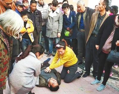 男子心脏骤停昏倒 怀孕护士街头跪地救人(图)