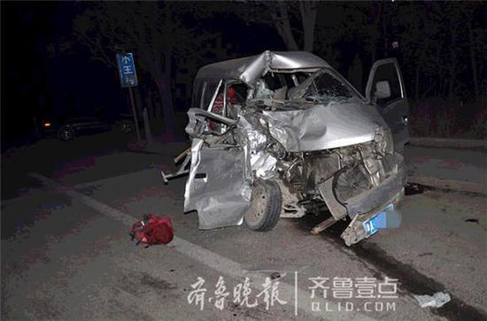 面包车受远光灯干扰失控被客车撞碎 1人死亡