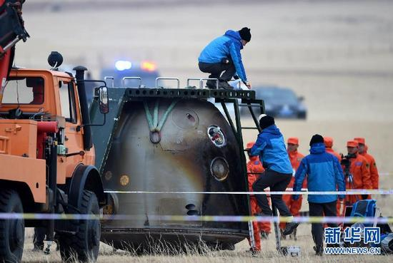 11月18日,工作人员在对返回舱进行处置。记者从空间实验室飞行任务总指挥部了解到,11月18日13时59分,神舟十一号飞船返回舱在内蒙古中部预定区域成功着陆,执行飞行任务的航天员景海鹏、陈冬身体状态良好,天宫二号与神舟十一号载人飞行任务取得圆满成功。新华社记者 任军川 摄