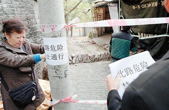 男子上厕所被垮塌围墙掩埋 警民徒手刨土救人