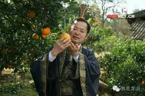 湖南湘西副州长穿古装当网络主播 帮果农卖脐橙