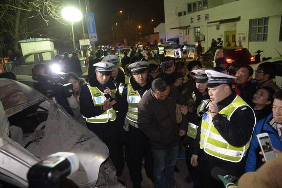 酒驾者在现场接受教育 摄影记者 张磊