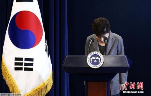 """当地时间11月29日下午2时30分,韩国总统朴槿惠发表""""亲信门""""事件后的第3次对国民谈话。朴槿惠称,将把总统任期相关问题交给国会和朝野两党决定,遵守相应规定。"""
