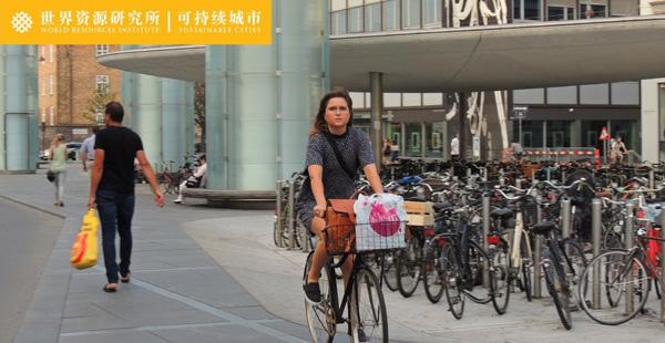 Nørreport地铁站及附近的自行车锁车设施。