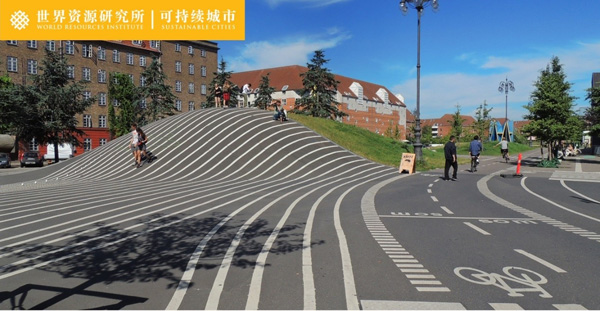 一段自行车快速走廊(super-highway)穿过社区活动场。