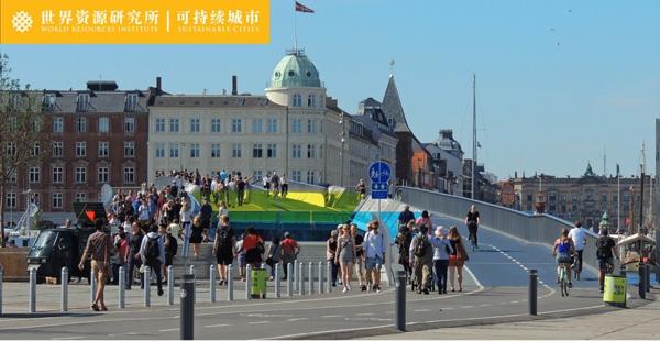 连接港口两岸的Inderhavnsbroen桥,只供行人和自行车使用,既是捷径,也是公共艺术。