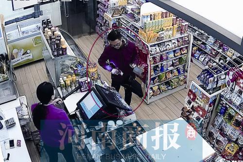 监控视频显示,女店员持电警棍与男子对峙 河南商报记者 王春胜/摄
