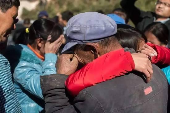 2015年12月22日,终究回抵家的钱仁风抱住父亲声嘶力竭地哭,乡民也随着哭。CFP供图