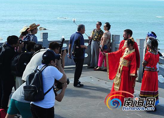 12月20日,摄影师聚集参加国际婚庆节的新人。南海网记者沙晓峰摄