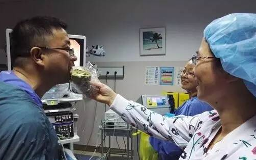 护士给在做手术的於亮亮喂面包