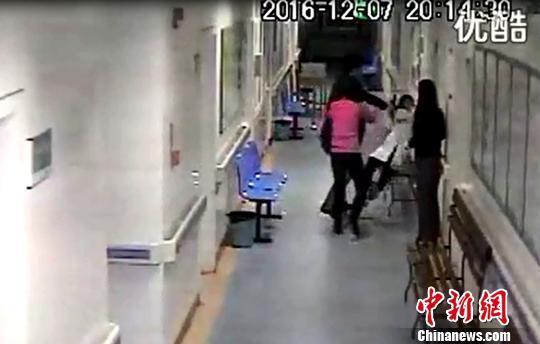 图为女医护人员被推倒瞬间。 网络视频截图 摄