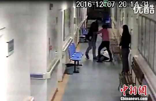 图为女医护人员从椅子上滚落倒地。 网络视频截图 摄