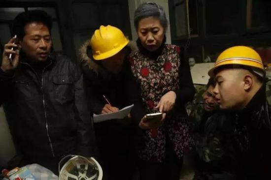 中国好房东:燕郊大妈为30多农民工抢春运票