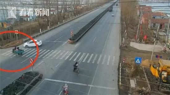 """目击者杨女士说:""""那个三轮车撞了很远,孩子都飞起来了,哎呀,太惨了。"""""""