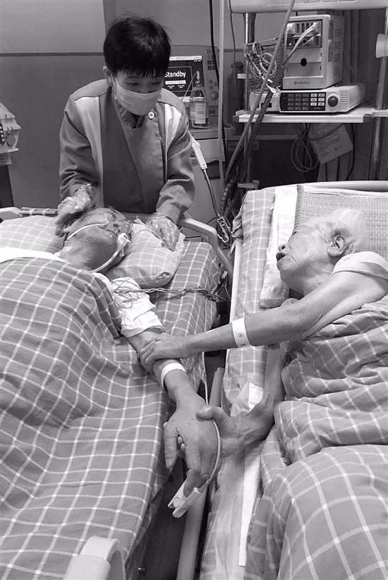护士王艳芳拍下了两位老人见面时的动人一幕。