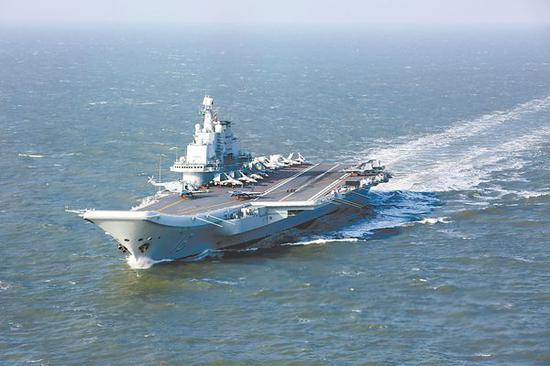 海军辽宁舰航母编队近日突破第一岛链开展远海训练。图为辽宁舰正在航行。