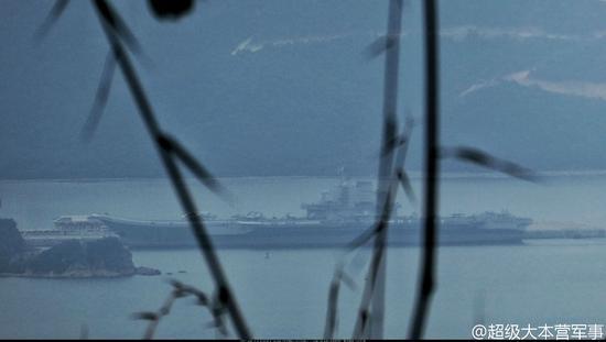 辽宁舰航母编队结束第一次远海作战训练归来,缓缓驶入三亚军港。穿越宫古海峡直出西太平洋,从祖国宝岛台湾南侧返回南海回港,辽宁舰是科研训练舰,从此更是作战训练舰。(摄影:超大-SEX3280)