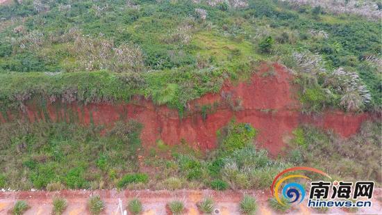 航拍看土坡,红土断层很醒目。