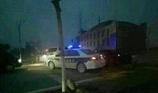 陕西两地警方被曝持枪对峙 现场传来三声枪响