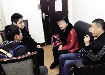 2日下午,民警和童童的父母进行沟通。 本报记者 甘侠义 摄