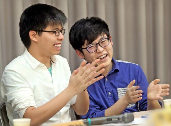 """论坛现场,黄之锋(左)与""""香港众志""""成员司徒子朗"""