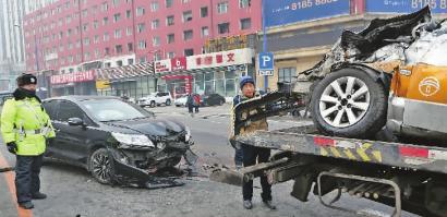 黑色轿车保险杠被撞掉,出租车整个前脸已塌陷 新文化记者 白石 摄