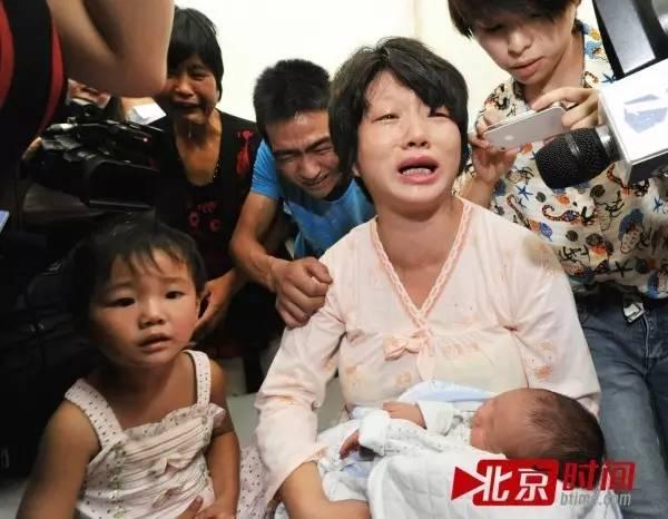 2013年8月5日,陕西富平县妇幼保健院,董珊珊怀抱失而复得的孩子泪流满面/资料照片