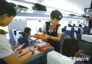 高铁列车乘务员向乘客发售盒饭。网络图片