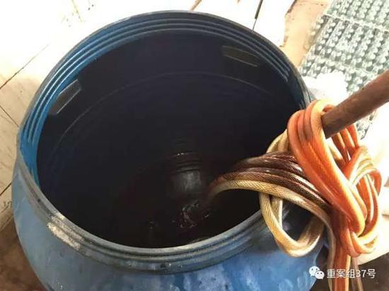 2017年1月11日,天津独流镇,一家生产假酱油村民家中,造假者在这个大塑料桶中勾兑假酱油。像这样的大桶,这家一共有三个。