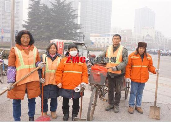 1月18日上午9时,在西四环化工路口,几位干了一早上的环卫工暂时聚到一起喝水,沟通一下接下来的工作分工。