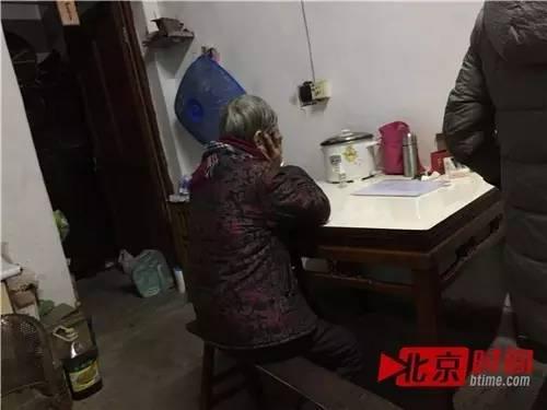 朱水根的老伴趴在桌上双手捂脸不愿多谈,家人称没想到朱水根会走极端 图/北京时间 尹志艳