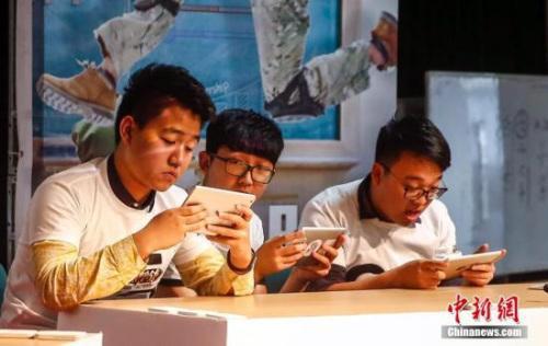 资料图:北京大学和清华大学电竞俱乐部的学生在北大进行了一场电竞对抗赛。中新社记者 张浩 摄