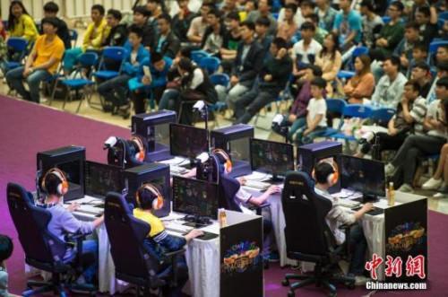 资料图:某电竞嘉年华活动在武汉举行,来自武汉大学、武汉理工大学、武汉纺织大学、湖北工业大学等高校的20支队伍参加。中新社记者 张畅 摄